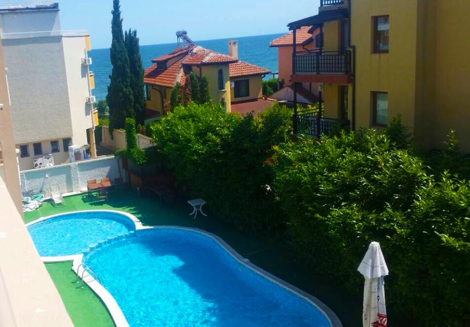 Нощувка на човек със закуска + басейн на 40м. от плажа в хотел Лъки Фемили, Равда, снимка 4