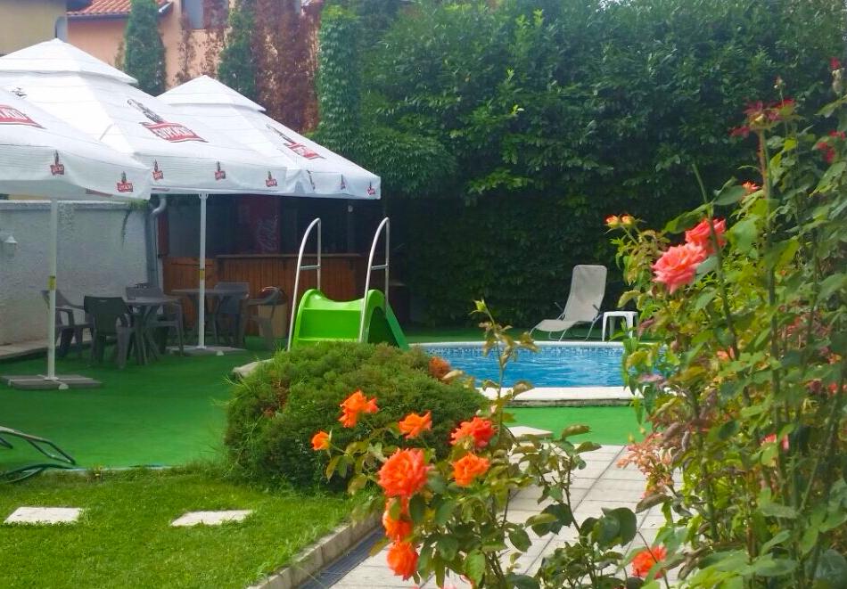 Нощувка на човек със закуска + басейн на 40м. от плажа в хотел Лъки Фемили, Равда, снимка 5