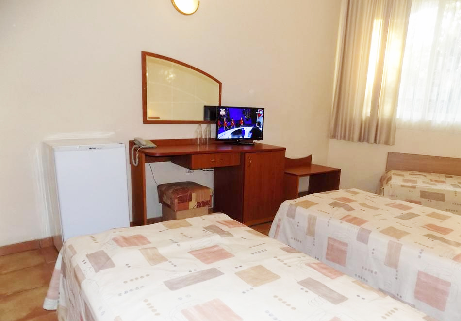 1 или 2 нощувки на човек със закуски + басейн в хотел Сирена, Кранево, снимка 6