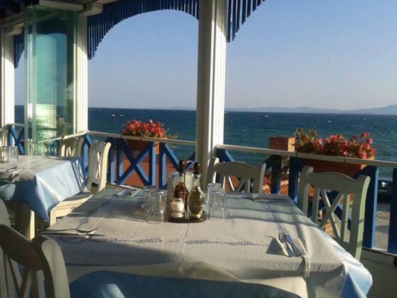 Нощувка на човек със закуска на 100 метра от плажа в Поморие в семеен хотел Парос***, снимка 9