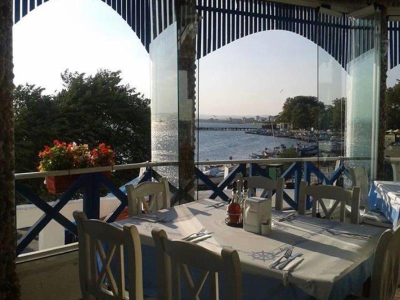 Нощувка на човек със закуска на 100 метра от плажа в Поморие в семеен хотел Парос***, снимка 8