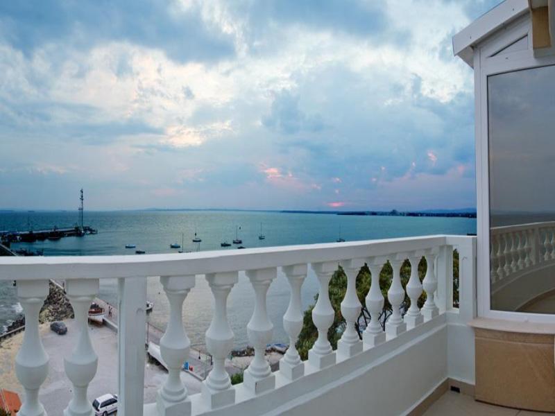 Нощувка на човек със закуска на 100 метра от плажа в Поморие в семеен хотел Парос***, снимка 6