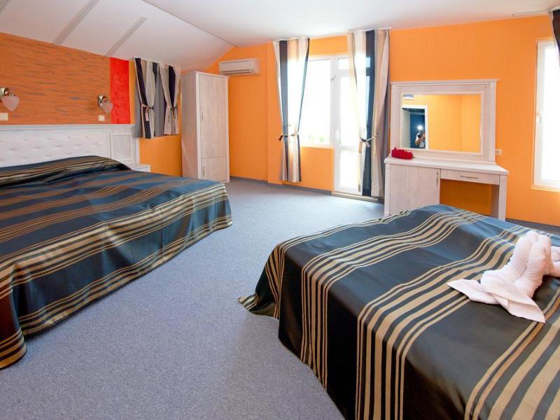 Нощувка на човек със закуска на 100 метра от плажа в Поморие в семеен хотел Парос***, снимка 14