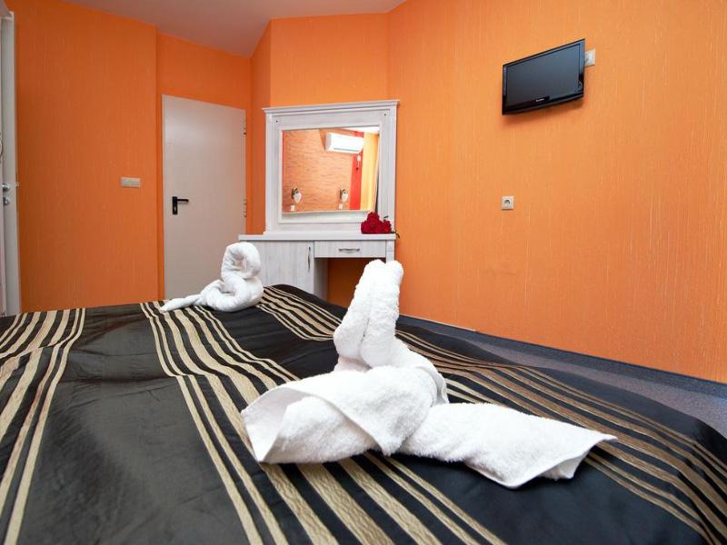Нощувка на човек със закуска на 100 метра от плажа в Поморие в семеен хотел Парос***, снимка 10