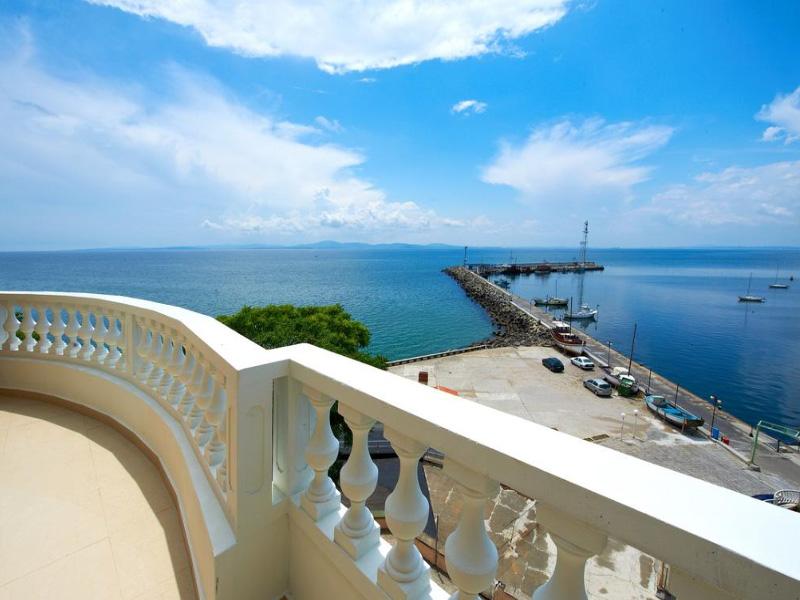 Нощувка на човек със закуска на 100 метра от плажа в Поморие в семеен хотел Парос***, снимка 5