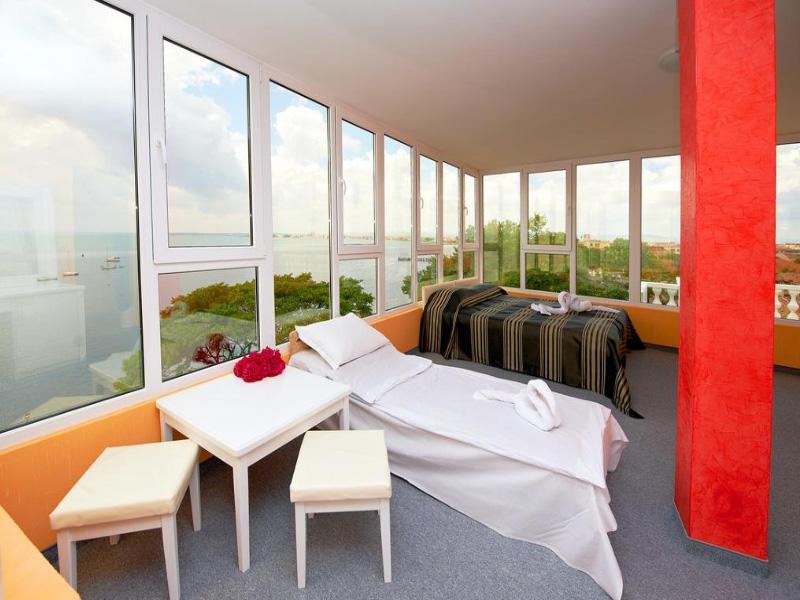 Нощувка на човек със закуска на 100 метра от плажа в Поморие в семеен хотел Парос***, снимка 13