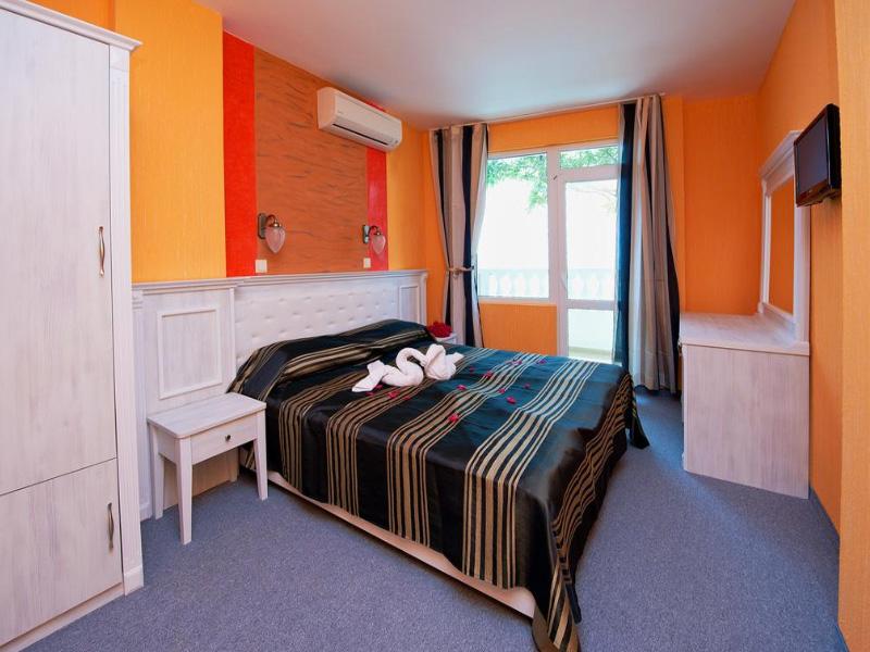 Нощувка на човек със закуска на 100 метра от плажа в Поморие в семеен хотел Парос***, снимка 12