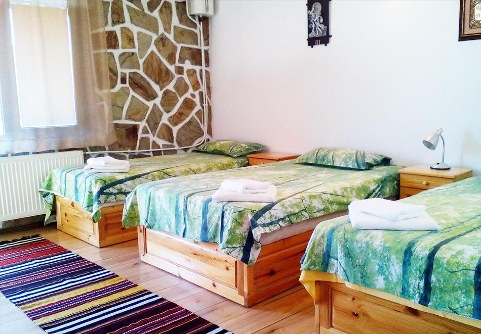 2+ нощувки в самостоятелна къща с капацитет 12 човека + барбекю, къща за гости Дени, Добринище, снимка 5