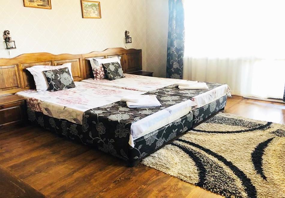 Великден в Сапарева баня! 3 или 4 нощувки на човек със закуски и вечери + празничен обяд + вътрешен басейн и релакс зона с минерална вода от Семеен хотел Емали, снимка 9