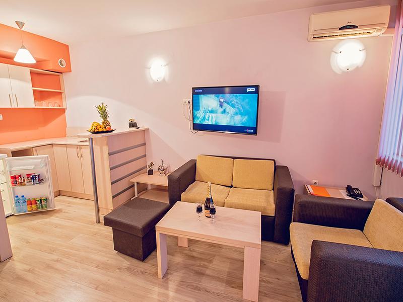 Почивка във Варна! Нощувка на човек в двойна стая, студио или апартамент в хотел Гран Иван***, снимка 4