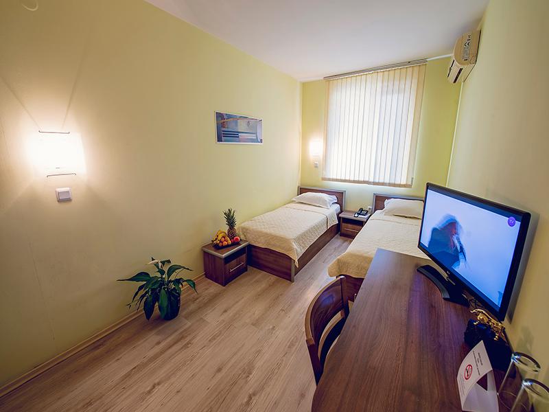 Нощувка на човек в хотел Гран Иван***, Варна, снимка 12