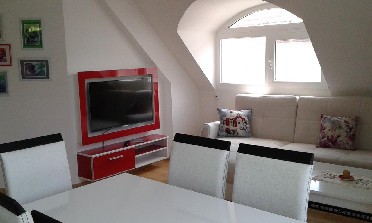 Нощувка за четирима със закуска* + топли напитки, сауна и джакузи в напълно оборудван и обзаведен апартамент от Сажитариус, Кюстендил, снимка 2