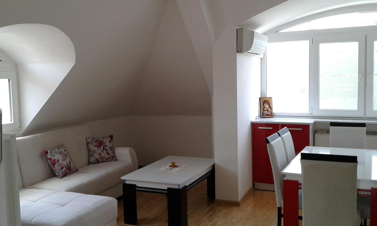 Нощувка за четирима със закуска* + топли напитки, сауна и джакузи в напълно оборудван и обзаведен апартамент от Сажитариус, Кюстендил, снимка 5