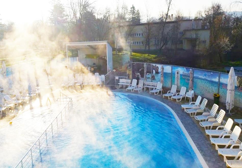 Нощувка на човек със закуска и вечеря + топъл минерален басейн в Хотел Царска баня, гр. Баня край Карлово, снимка 3