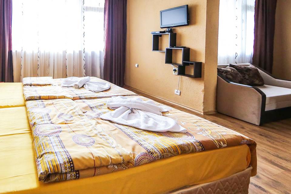 Нощувка на човек със закуска + сауна и джакузи в хотел Шарков, Огняново, снимка 12