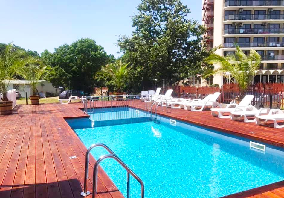 На ПЪРВА линия в Китен! 5 нощувки на човек със закуски, обеди и вечери + басейн в хотел Съндей, снимка 2