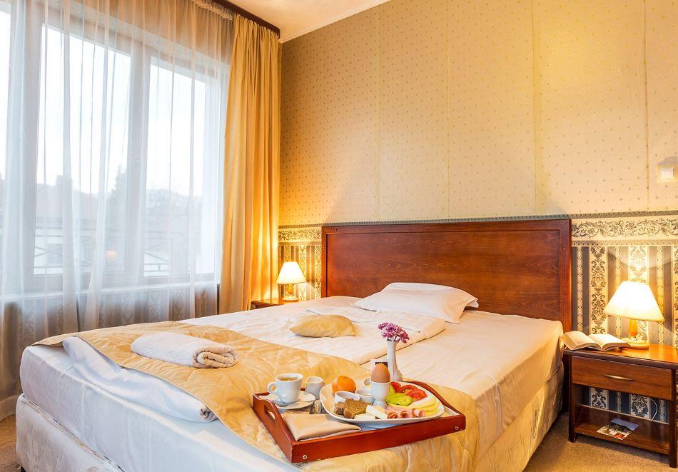 Нощувка на човек със закуска и вечеря + топъл басейн в хотел Шато Монтан, Троян, снимка 9