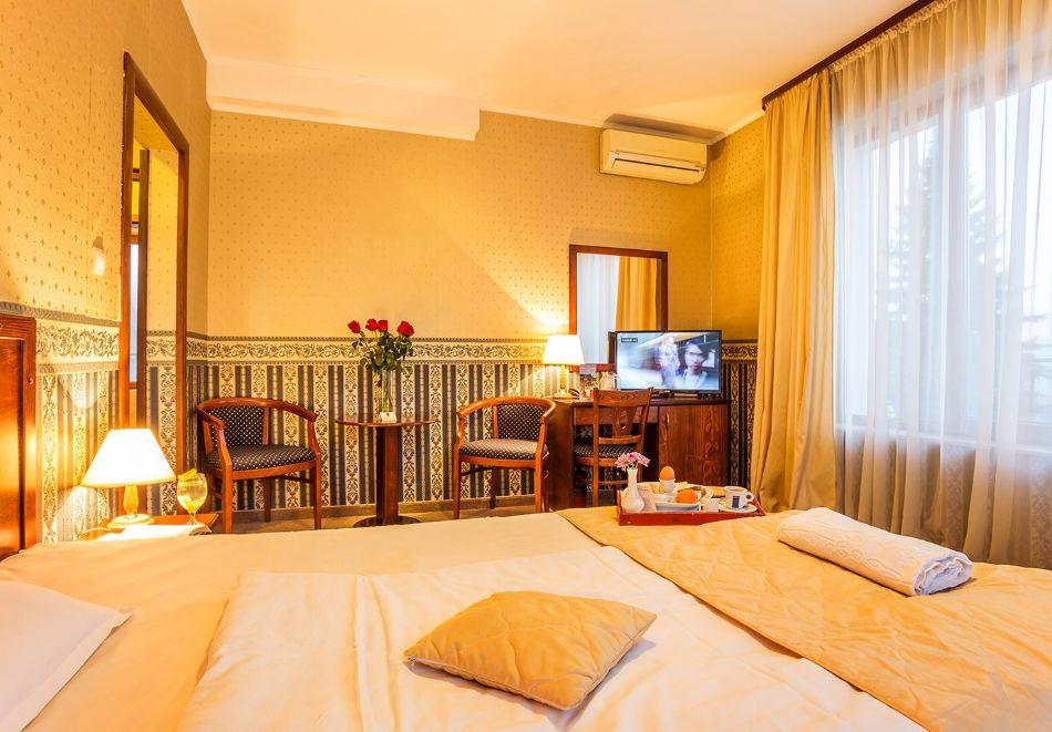 Нощувка на човек със закуска и вечеря + топъл басейн в хотел Шато Монтан, Троян, снимка 11
