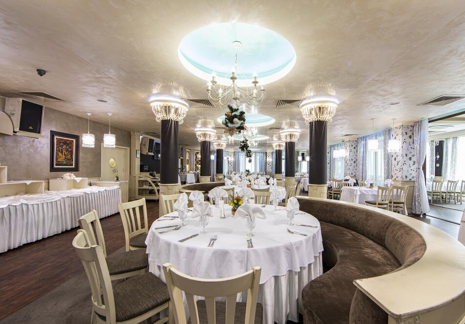 Нощувка на човек със закуска и вечеря + 2 минерални басейна + външно горещо джакузи + СПА пакет в хотел Езерец, Благоевград, снимка 24