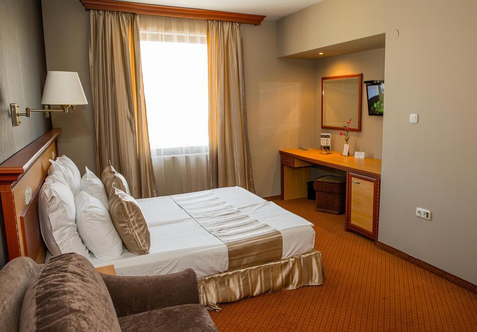 Нощувка на човек със закуска и вечеря + 2 минерални басейна + външно горещо джакузи + СПА пакет в хотел Езерец, Благоевград, снимка 20