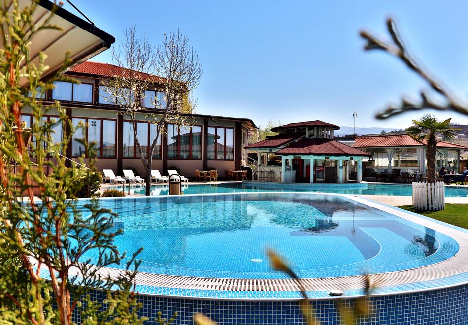 Нощувка на човек със закуска и вечеря + 2 минерални басейна + външно горещо джакузи + СПА пакет в хотел Езерец, Благоевград, снимка 4