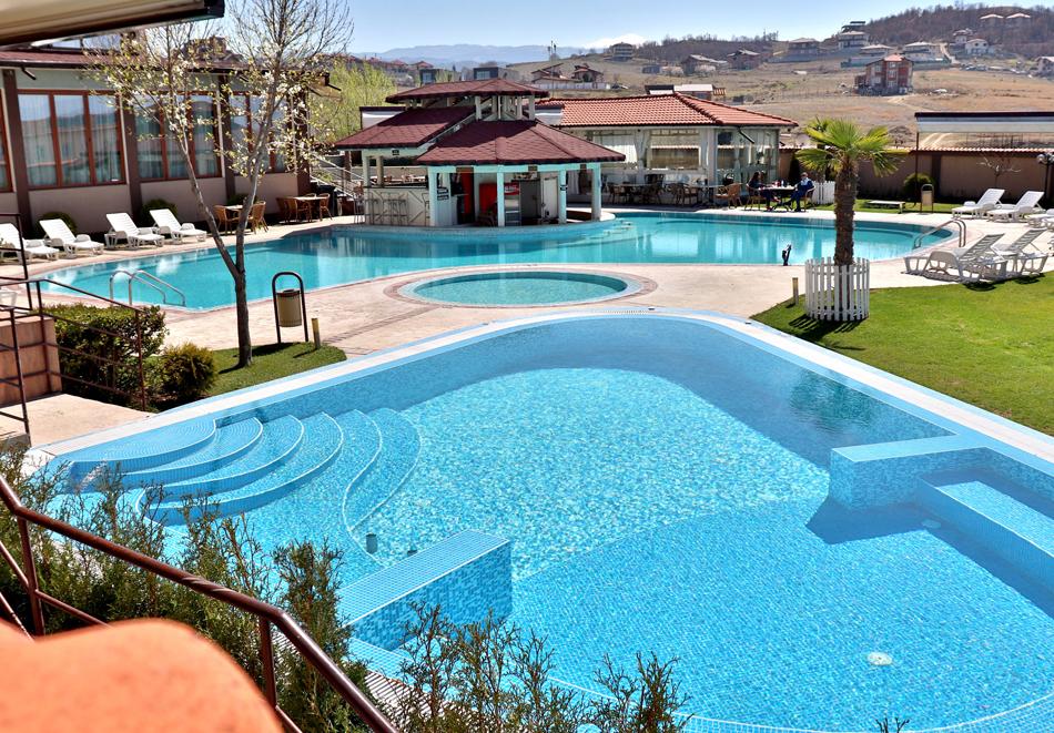 Нощувка на човек със закуска и вечеря + 2 минерални басейна + външно горещо джакузи + СПА пакет в хотел Езерец, Благоевград, снимка 5