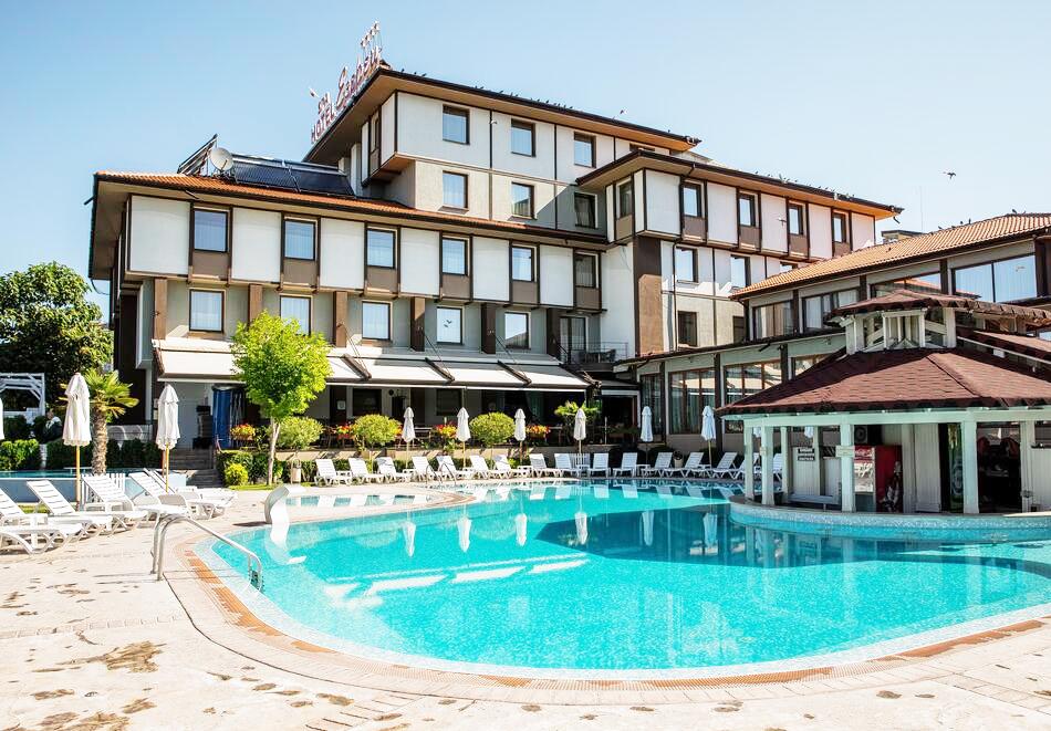 Нощувка на човек със закуска и вечеря + 2 минерални басейна + външно горещо джакузи + СПА пакет в хотел Езерец, Благоевград, снимка 2