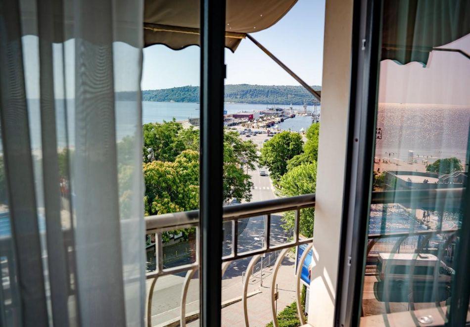Нощувка със закуска на човек в двойна стая с изглед МОРЕ в хотел Панорама****, Варна, снимка 6