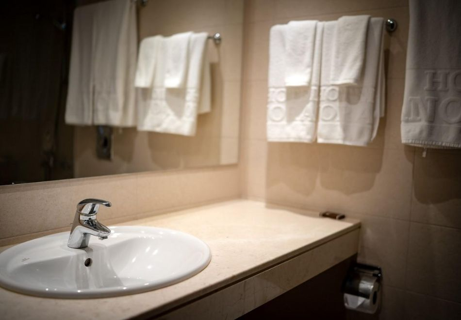 Нощувка със закуска на човек в двойна стая с изглед МОРЕ в хотел Панорама****, Варна, снимка 4