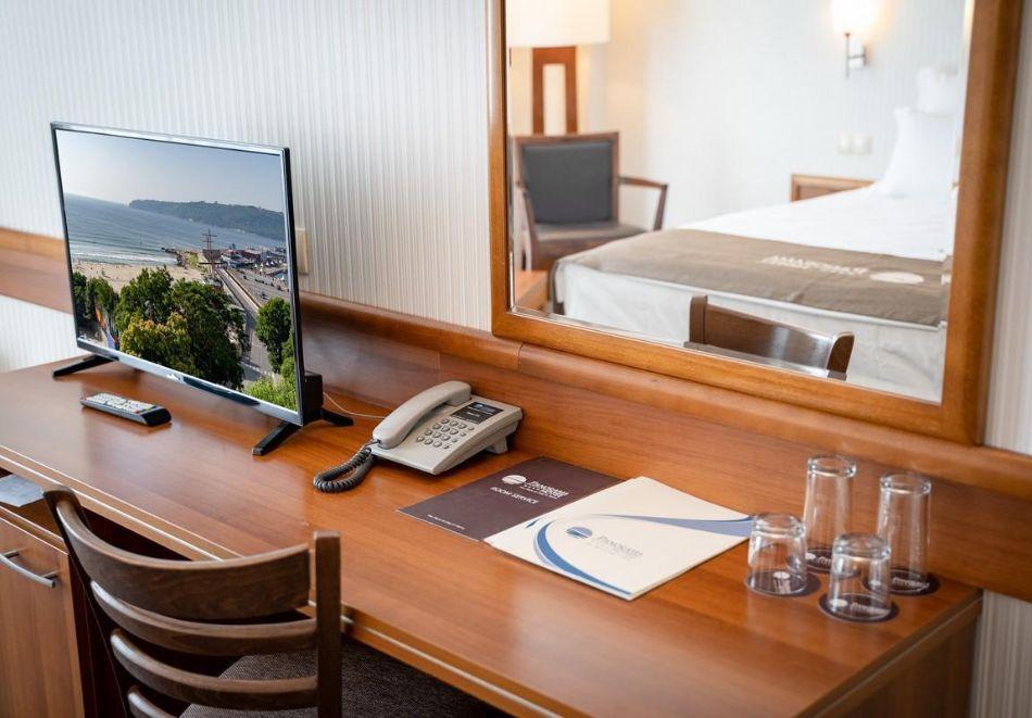 Нощувка със закуска на човек в двойна стая с изглед МОРЕ в хотел Панорама****, Варна, снимка 2