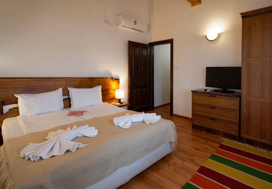 Нощувка на човек със закуска, минерални басейни, СПА и винен тур в хотел или апартхотел Старосел, край Хисаря!, снимка 13
