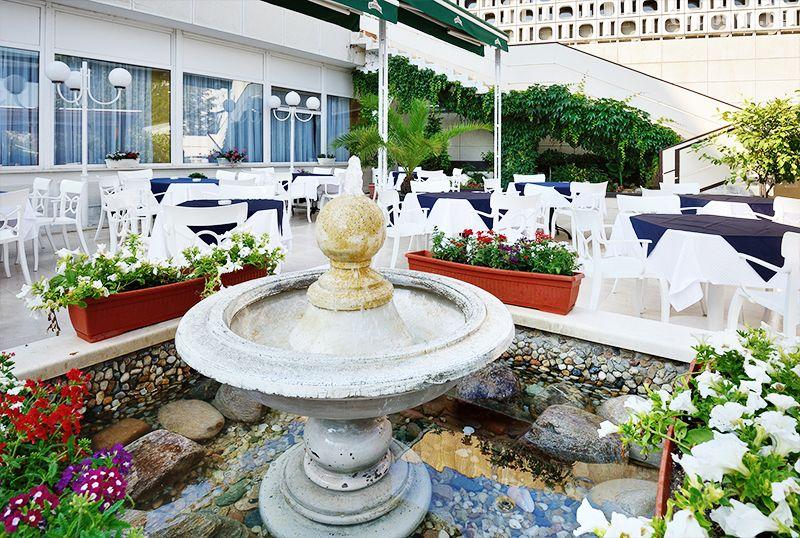Нощувка за двама, трима или четирима със закуска + ТОПЛИ минерални басейни и джакузи в хотел Аугуста, Хисаря, снимка 18