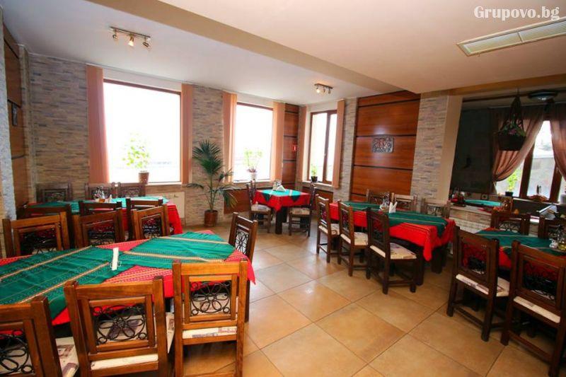 Нова година в Пампорово! 3 нощувки на човек със закуски и вечери, едната празнична с фолклорна програма и DJ от хотел Росица, снимка 11