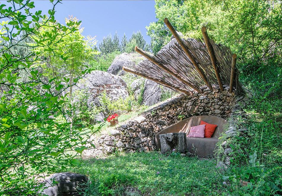 Нощувка със закуска за двама в къщичка направена от камък, глина и дърво в Еко селище, Омая, с. Гайтаниново, снимка 13