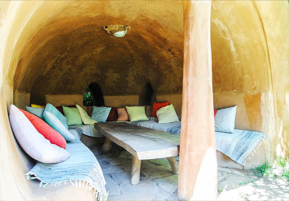 Нощувка със закуска за четирима в къщичка направена от камък, глина и дърво в Еко селище, Омая, с. Гайтаниново, снимка 8