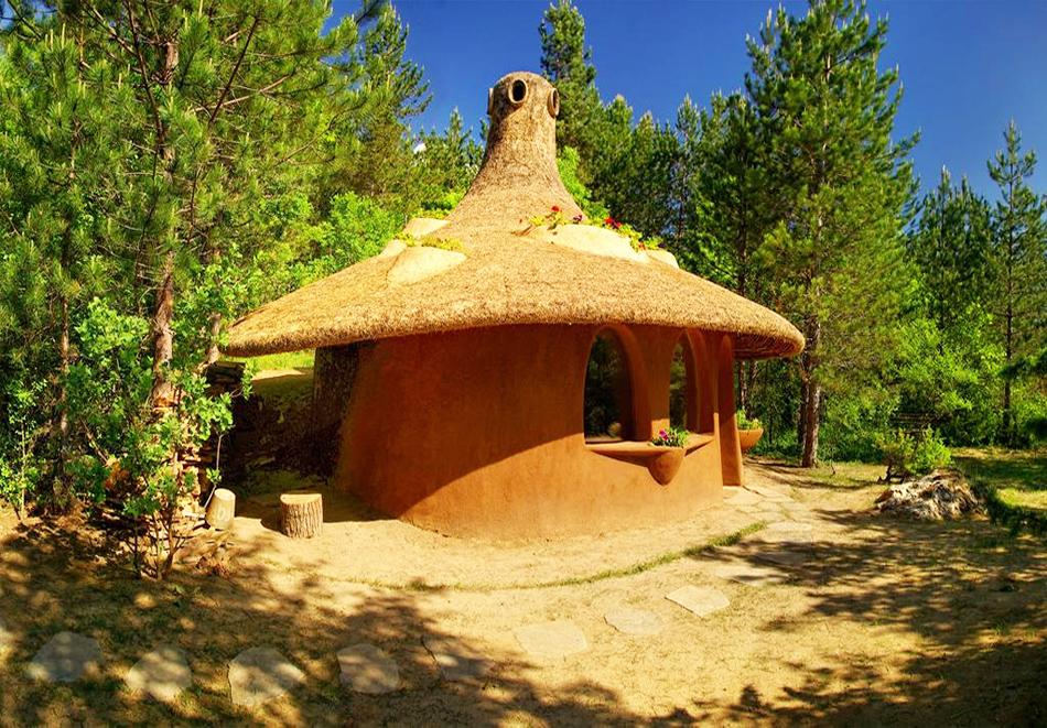 Нощувка със закуска за четирима в къщичка направена от камък, глина и дърво в Еко селище, Омая, с. Гайтаниново, снимка 2