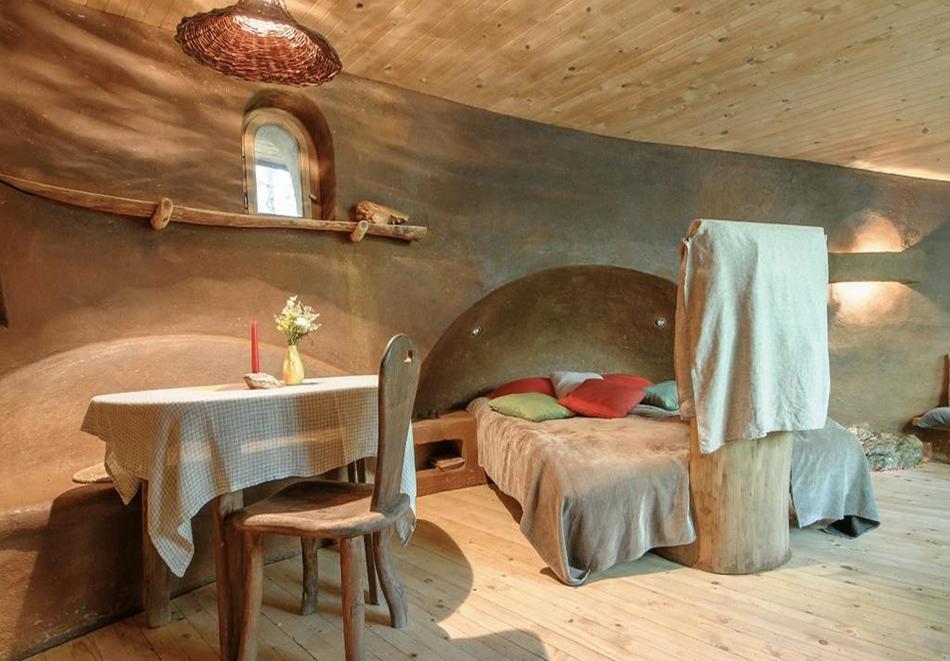 Нощувка със закуска за четирима в къщичка направена от камък, глина и дърво в Еко селище, Омая, с. Гайтаниново, снимка 7