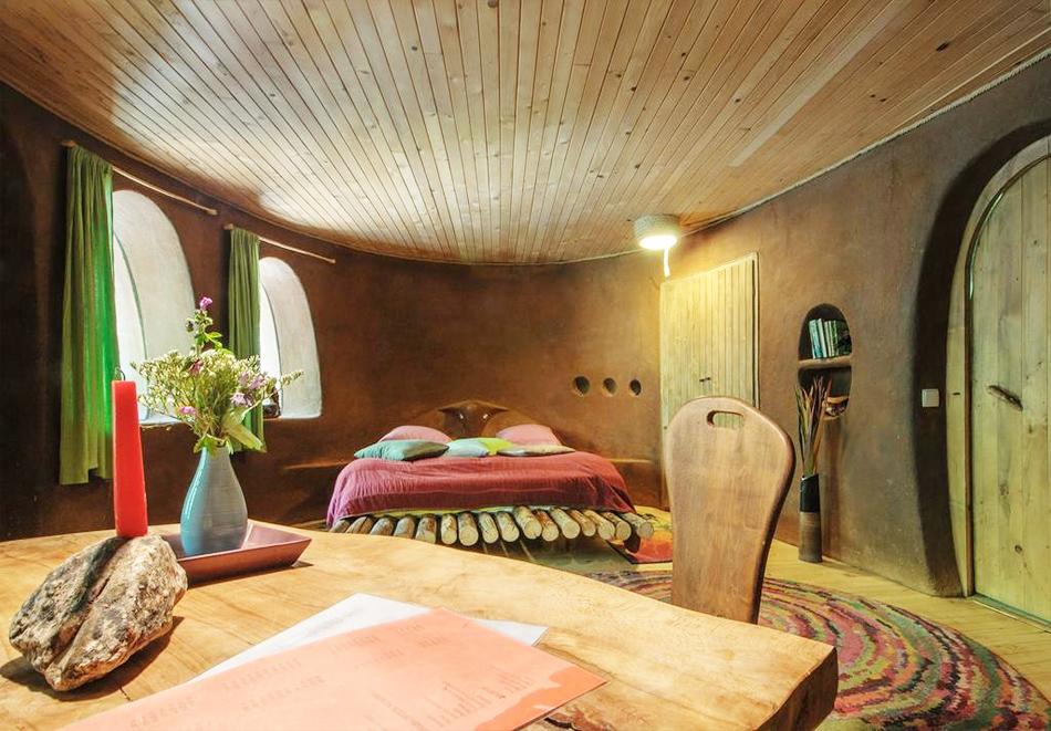 Нощувка със закуска за четирима в къщичка направена от камък, глина и дърво в Еко селище, Омая, с. Гайтаниново, снимка 3
