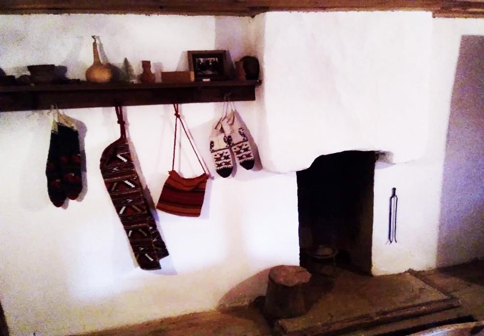 Нощувка със закуска за ДВАМА в Капитановата къща, село Лещен, снимка 11