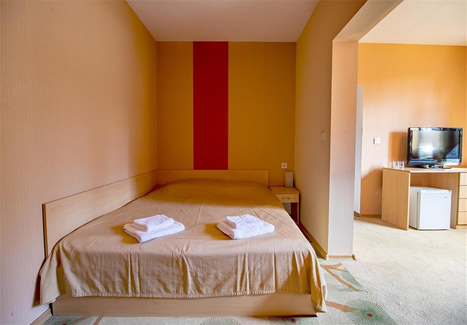 Нощувка на човек със закуска и вечеря + релакс зона и басейн в хотел Бор, Семково, снимка 11