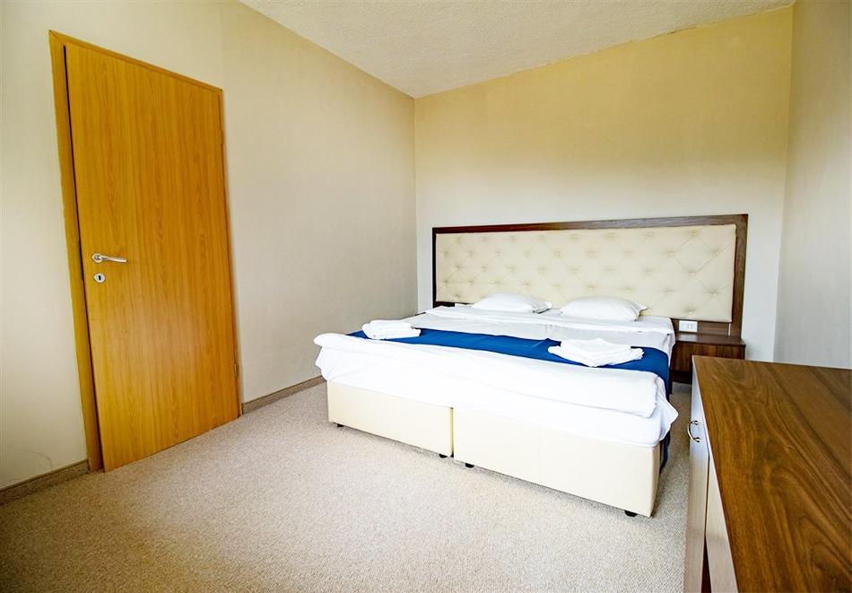 Нощувка на човек със закуска и вечеря + релакс зона и басейн в хотел Бор, Семково, снимка 10