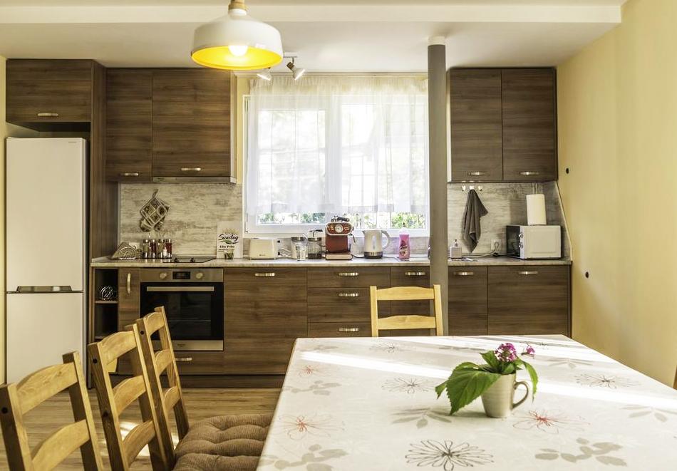 Наем на самостоятелна къща за до 10 човека с включена закуска, напълно оборудвана кухня и барбекю в къща за гости Съндей Хаус, гр. Вършец, снимка 10