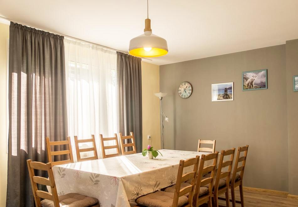 Наем на самостоятелна къща за до 10 човека с включена закуска, напълно оборудвана кухня и барбекю в къща за гости Съндей Хаус, гр. Вършец, снимка 7