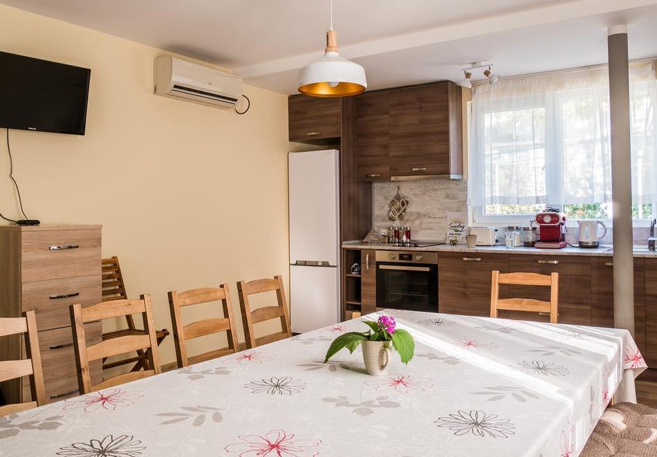 Наем на самостоятелна къща за до 10 човека с включена закуска, напълно оборудвана кухня и барбекю в къща за гости Съндей Хаус, гр. Вършец, снимка 6