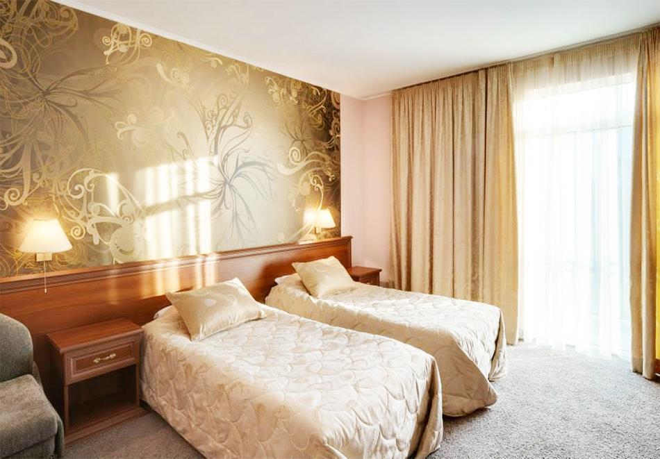 Нощувка на човек + топъл минерален басейн и релакс зона в хотел Бац****, Петрич, снимка 17