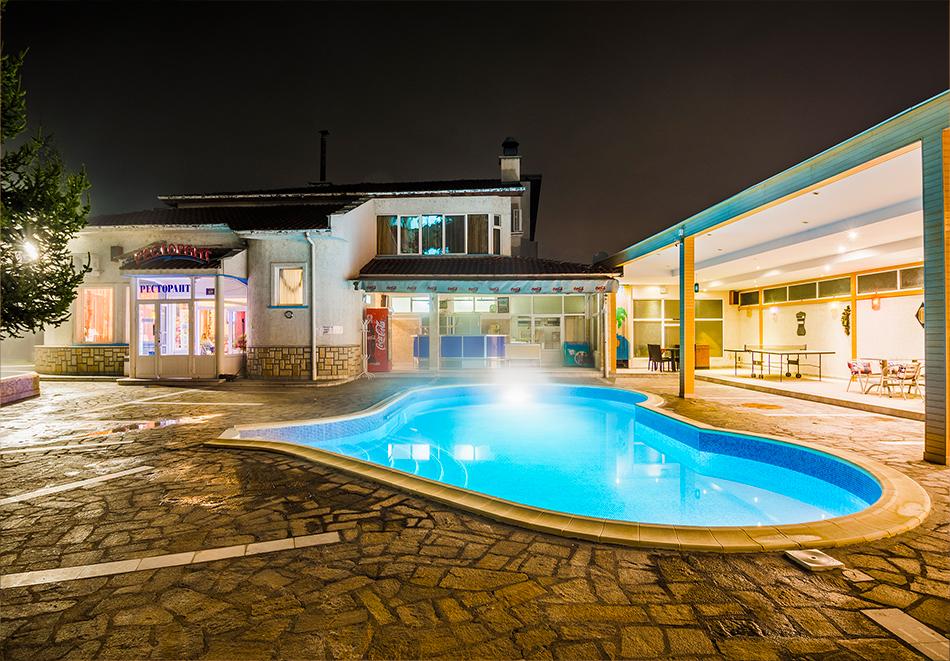 Нова Година във Велинград. 3 нощувки на човек със закуски и вечери, едната празнична + минерални басейни, джакузи и сауна от Хотел Маркита, снимка 4