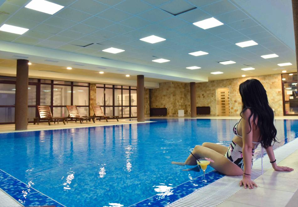 Нощувка със закуска и вечеря на човек + отопляем вътрешен басейн и релакс зона от хотел Роял Банско Апартмънтс. Дете до 12г. - безплатно!, снимка 3