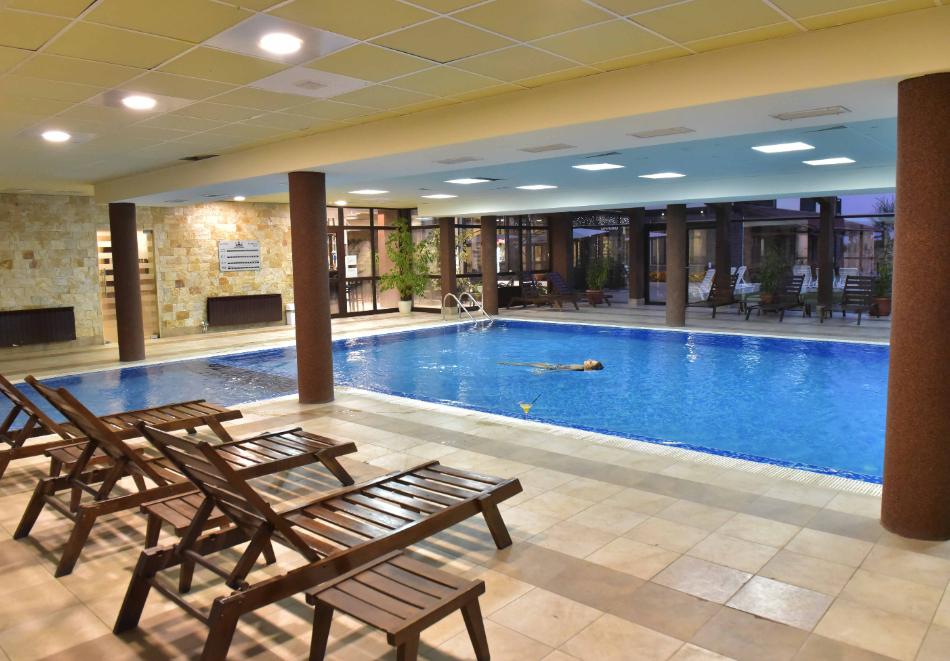 Нощувка със закуска и вечеря на човек + отопляем вътрешен басейн и релакс зона от хотел Роял Банско Апартмънтс. Дете до 12г. - безплатно!, снимка 4
