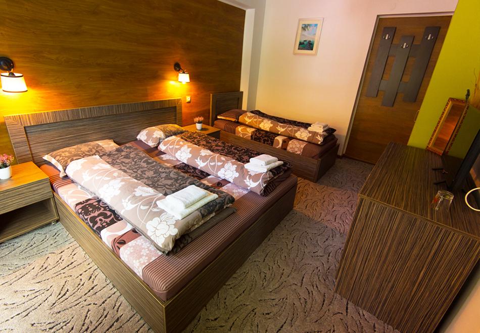 Нощувка на човек със закуска и вечеря + външен топъл минерален басейн и релакс зона от хотел Бохема***, Огняново, снимка 13