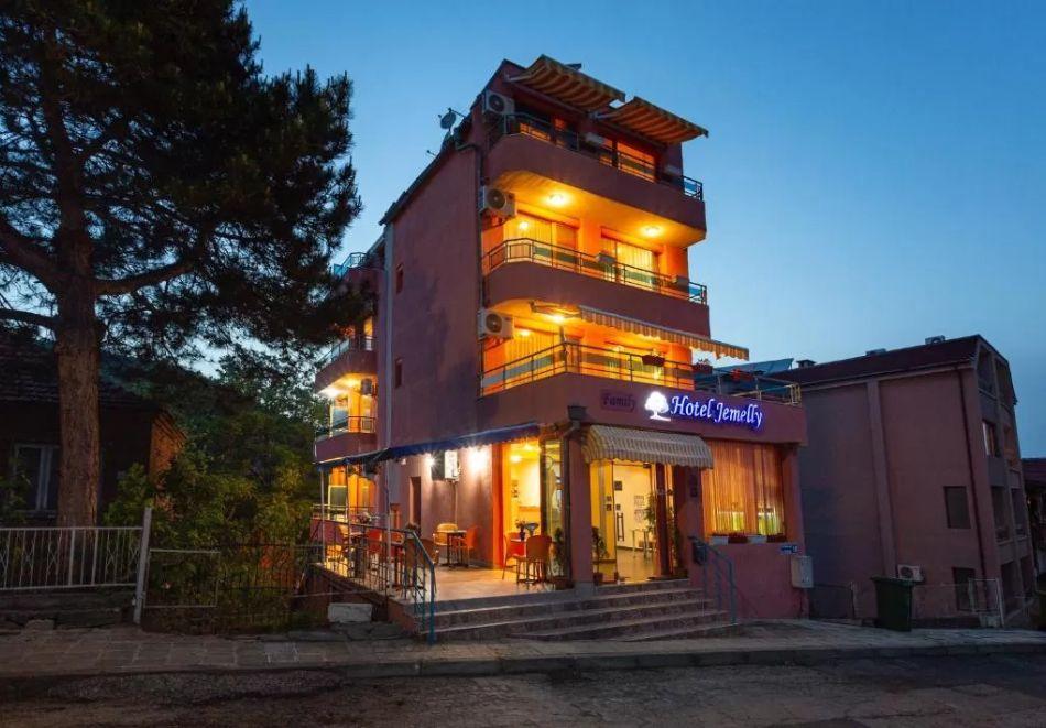 Семеен хотел Джемелли, Обзор